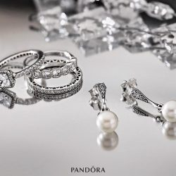 [Pandora Singapore] The soft, pearly sheen of exquisite cultured pearls complement the dazzling cut of these brilliant stones. Behold these timeless pieces