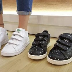[Limited Edt] STAN SMITHA CLEAN AND CASUAL ICON WITH LACE-FREE COMFORT.The Stan Smith shoes were born for the tennis