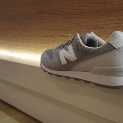 [Limited Edt] The WR 996 lifestyle shoe for women has a wide fit and is made of top-quality materials. Breathable mesh
