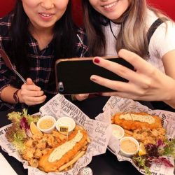 [The Manhattan FISH MARKET Singapore] We all have that one bestie who is a welfie queen or king. Tag that bestie now!Find a chance