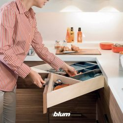 [Blum & Co] Practical Blum solution: SPACE CORNERThe corner pull-out unit can be accessed with ease and offers plenty of storage