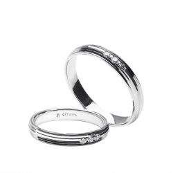 [CAFÉ O] Combining simplicity and complexity, these wedding rail band rings feature brilliant-cut diamond at the center in 917 white gold