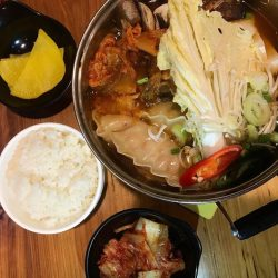 [Guksu] This ready to eat mini Kimchi Mandu Hotpot is sure to fill you up with the generous serving of ingredients,