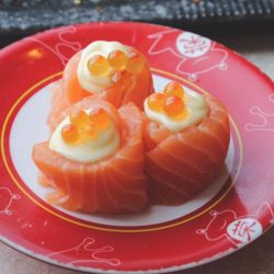 [Sakae Sushi] When there are 3 Salmon Sushi Maru Makis in 1 plate, it screams.